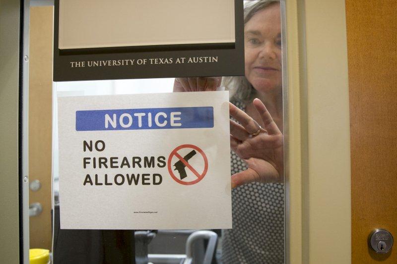 德州大學人類學教授斯壯(Pauline Strong)8月1日在研究室門口貼出「不准攜帶槍械」的告示。(美聯社)