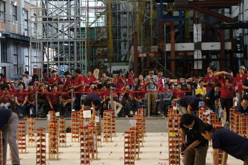 在抗震盃國際邀請賽中,選手們必須搭建出不易受震倒塌的模型。(圖/張人傑提供)
