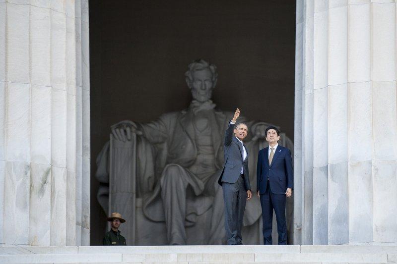 從北約邀請日本成為會員國的舉動來看,中國擴張勢力讓北約感到威脅的意味濃厚。左為美國總統歐巴馬,右為日本首相安倍晉三。(取自Getty Images)