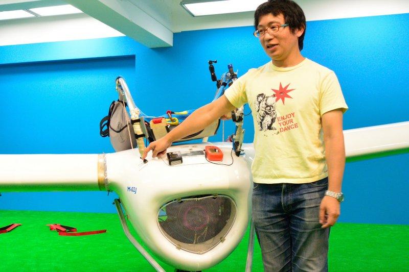 橫9.5公尺、長2.7公尺,總重約100公斤的「M-02J」,八谷和彥與心血結晶「M-02J」合照。(圖/hayano@flickr)