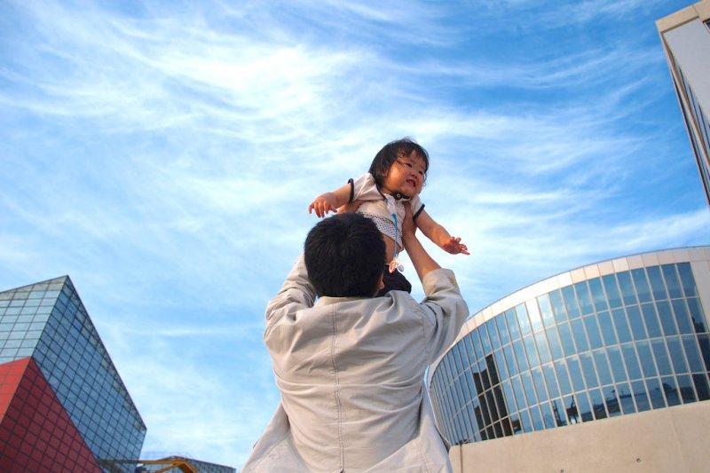 示意圖,八谷和彥未來擬研發給大人的「舉高高機器人。」(圖/omoon@flickr)