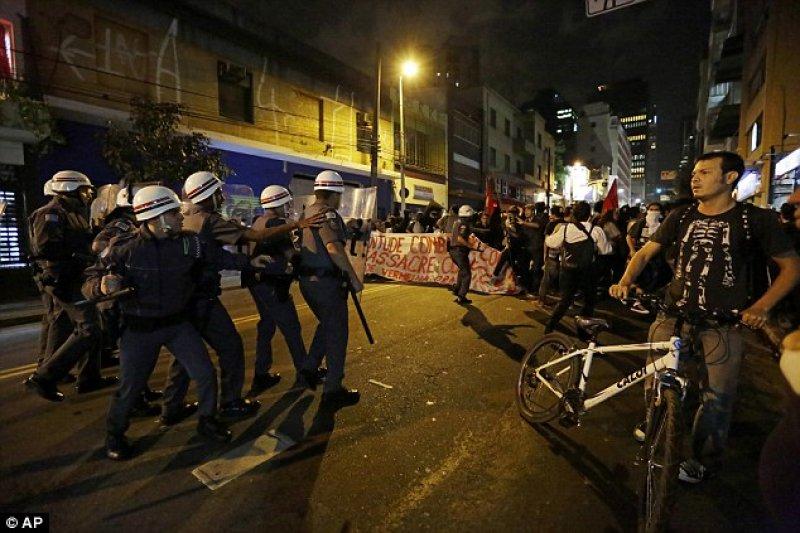 巴西大城里約熱內盧(Rio de Janeiro)奧運盛大開幕,場內歡樂,場外抗議。(美聯社)