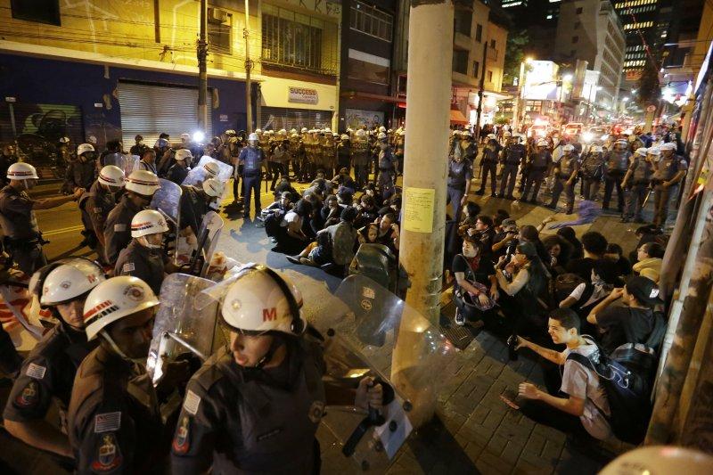 里約奧運,主辦城市民眾示威抗議也是奧運「項目」之一(AP)