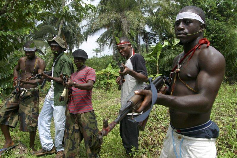 奈及利亞民兵手持AK-47突擊步槍耀武揚威(AP)