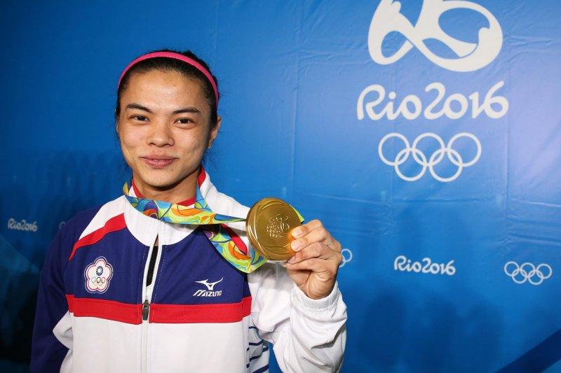 台灣舉重女將許淑淨在里約奧運摘下金牌(取自行政院臉書)