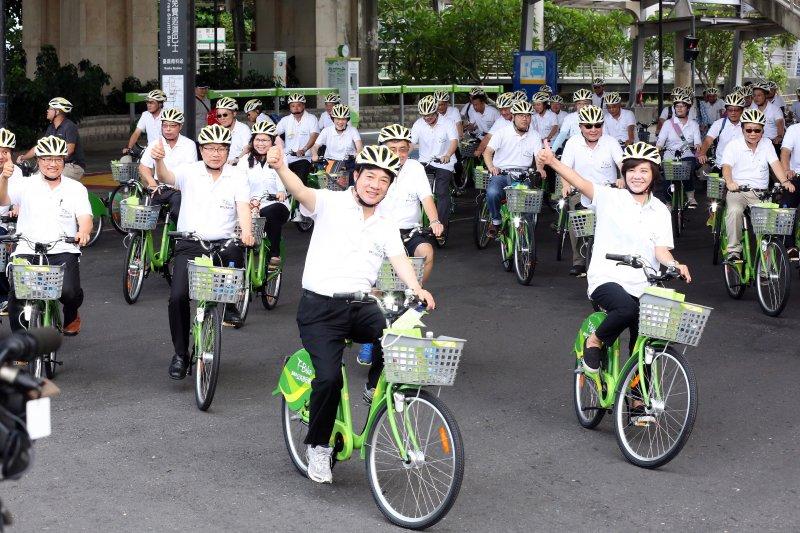 賴清德率官員們及南科主管、廠商代表暖身試乘T-Bike。(台南市政府提供)