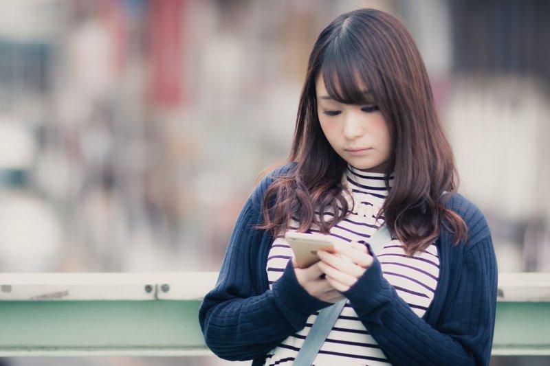 網路為人類生活帶來便利及樂趣,但對身體的傷害也不小!(圖/pakutaso)