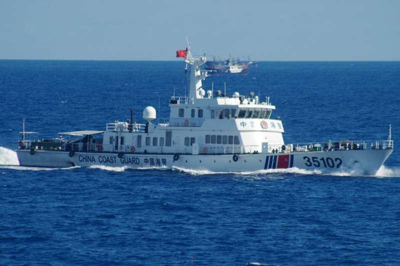 中國海警船2016年8月隨漁船同時進入釣魚台海域。(AP)