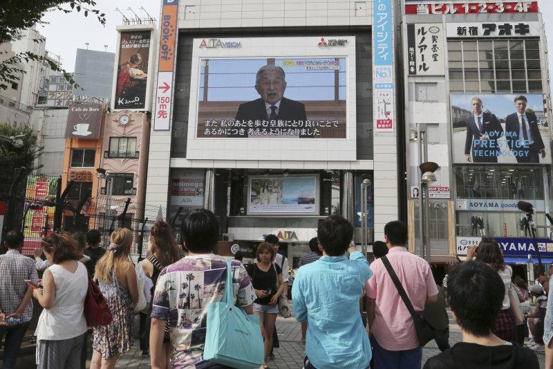 日本明仁天皇發表談話,表明由於年老力衰、自己擔憂「難以承擔天皇職務」。(美聯社)