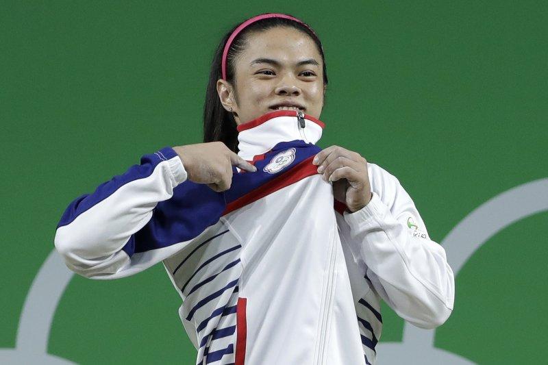 舉重女將許淑淨為台灣隊帶回里約奧運首面金牌,壹電視主播宋東彬卻說「當她把裙子穿回來,說不定美麗動人的許淑淨又可以回來了。」網友怒批宋東彬不尊重。(資料照,美聯社)