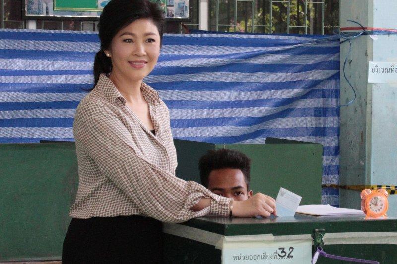 泰國前總理穎拉7日投下新憲公投選票。(美聯社)