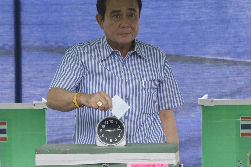 泰國現任總理帕拉育7日投下新憲公投選票。(美聯社)