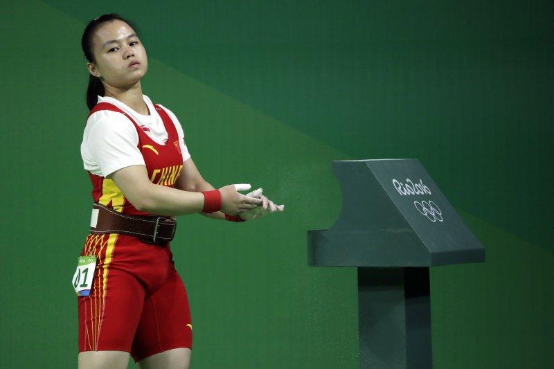 中國舉重小將黎雅君因為「曲臂」違規而錯失獎牌。(美聯社)