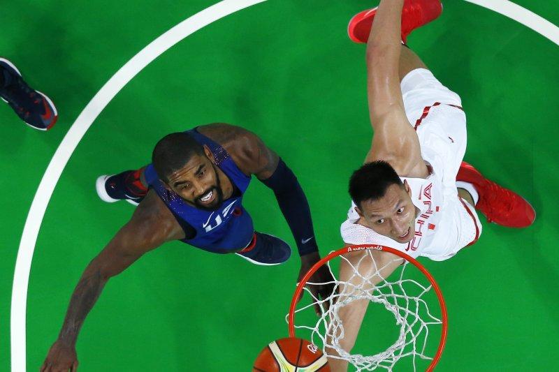 美國隊厄文(Kyrie Irving)與中國隊易建聯搶籃板。(美聯社)