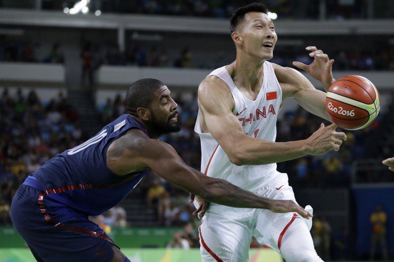 中國隊主將易建聯在美國隊厄文(Kyrie Irving)面前失球。(美聯社)