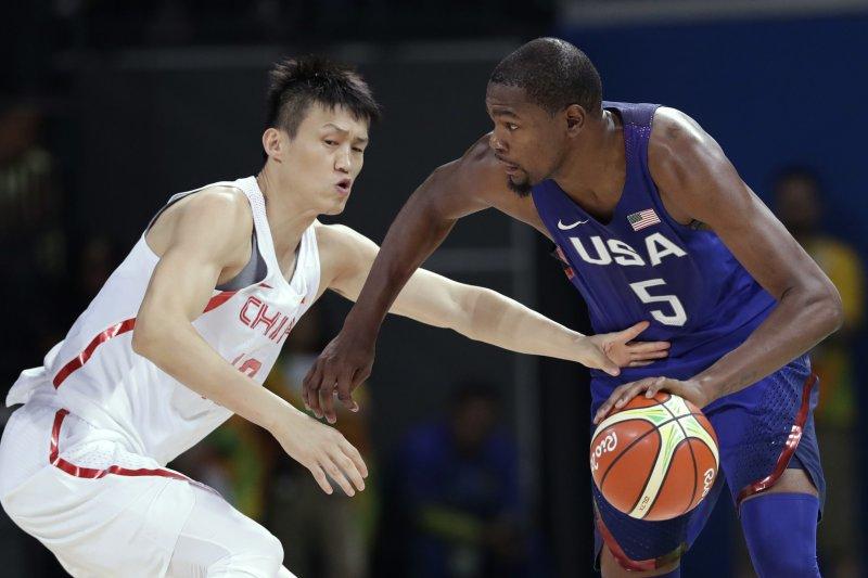 美國隊主將杜蘭特(Kevin Durant)擋下中國隊周鵬抄球。(美聯社)