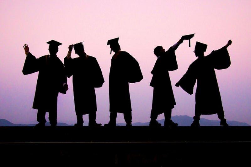 因教育太普及,全民都上大學,大學畢業證書光環不再,所謂大學畢業生早已被低迷的薪資、學貸、卡債……等壓得喘不過氣來。(取自Luftphilia/flickr)