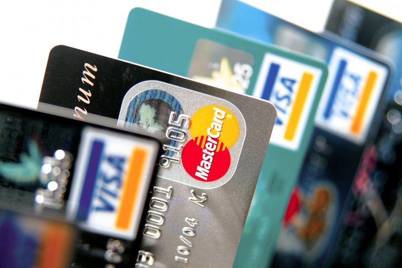 以信用卡繳稅時,應先估計所繳稅額,再決定用那一張卡最划算。