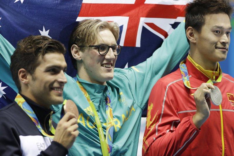 贏得奧運男子400公尺自由式金牌的澳洲泳將何頓(Mack Horton)與銀牌孫楊。(美聯社)