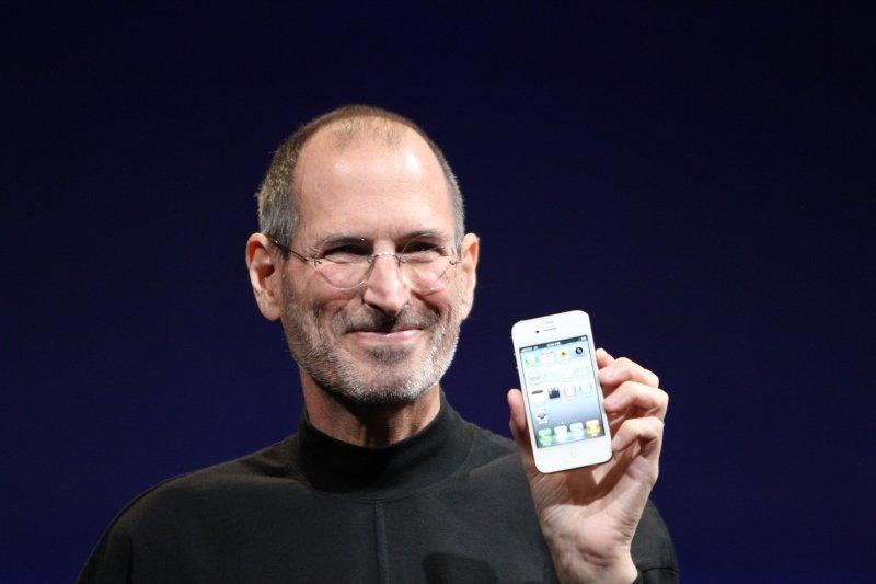 賈伯斯說,人生只有一次,但看人臉色生活,不累嗎?(圖/Steve Jobs@Wikimedia Commons)
