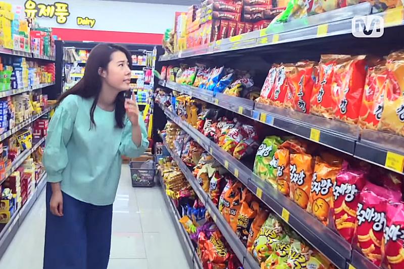 逛逛當地的超市最能貼近當地生活,韓國超市有哪些好買的呢?(翻攝自YouTube)