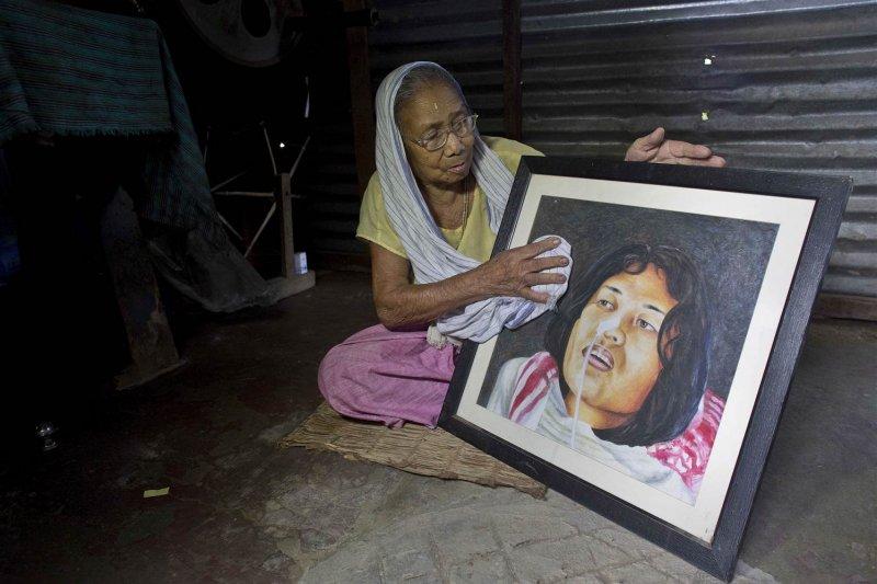 莎米拉母親展示女兒的肖像畫。(美聯社)
