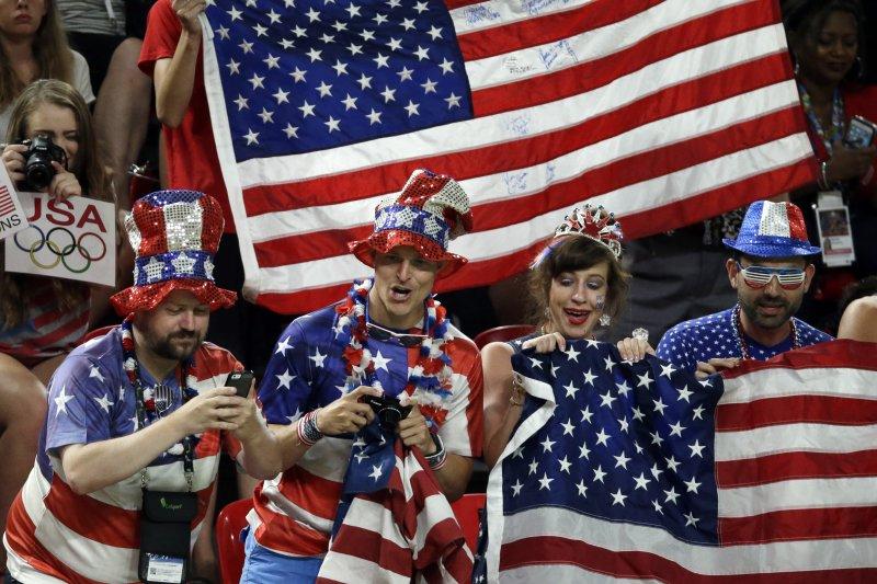 圖為美國加油團將國旗穿在身上。(美聯社)