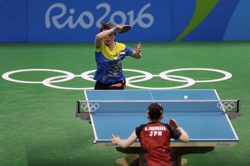 日本乒乓球代表福原愛在女單8強賽,直落四局橫掃新加坡選手馮天薇。(美聯社)