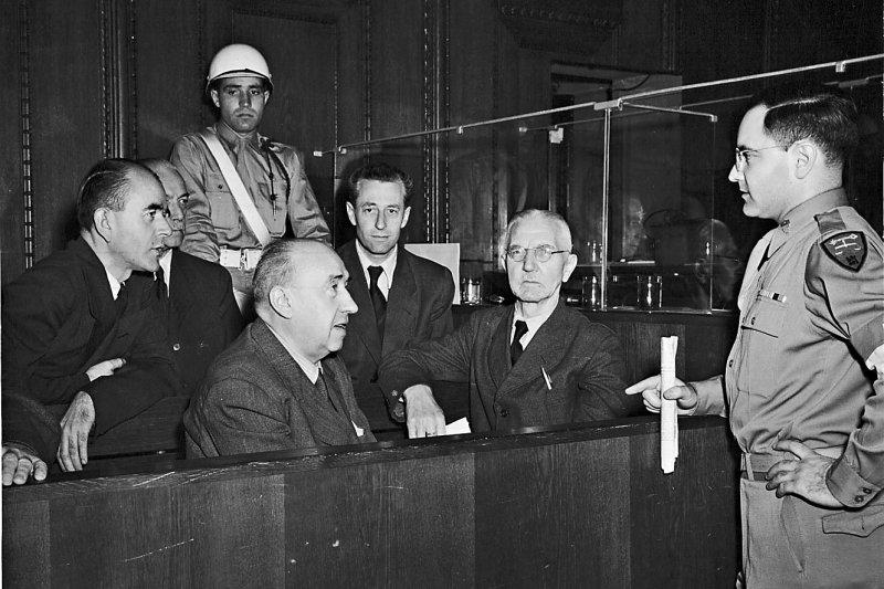 摘文一圖二:古斯塔夫.吉爾伯特(右)與幾名紐倫堡戰犯(國家檔案館).jpg