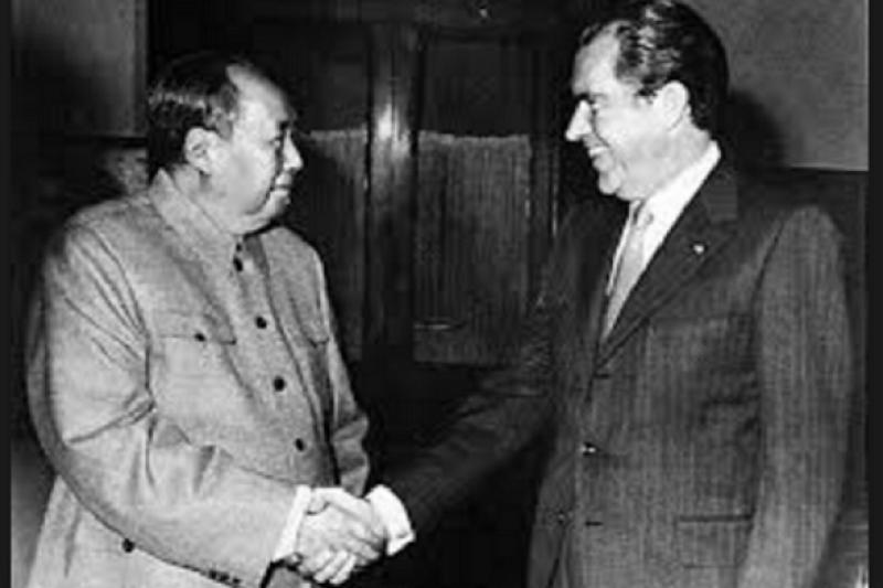 毛澤東與尼克森歷史性會晤。(維基百科)