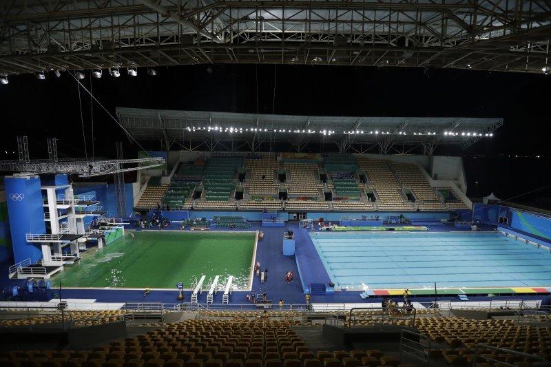 里約奧運跳水區的一池綠水,與一旁泳賽區的藍水形成強烈對比。(美聯社)