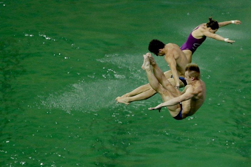 里約奧運的選手們在一池綠水中競技。(美聯社)