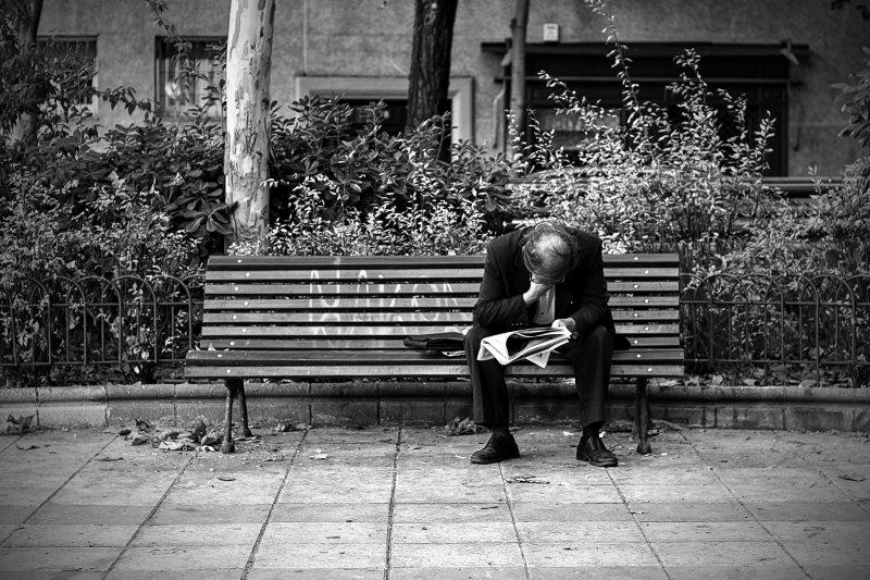 失業並非人們所願,與其不斷的鞭策,不如轉過身去質疑和審視產業和市場,了解造成失業的社會因素,幫助他們再站起來。(圖Chainless Photo/@Flickr)