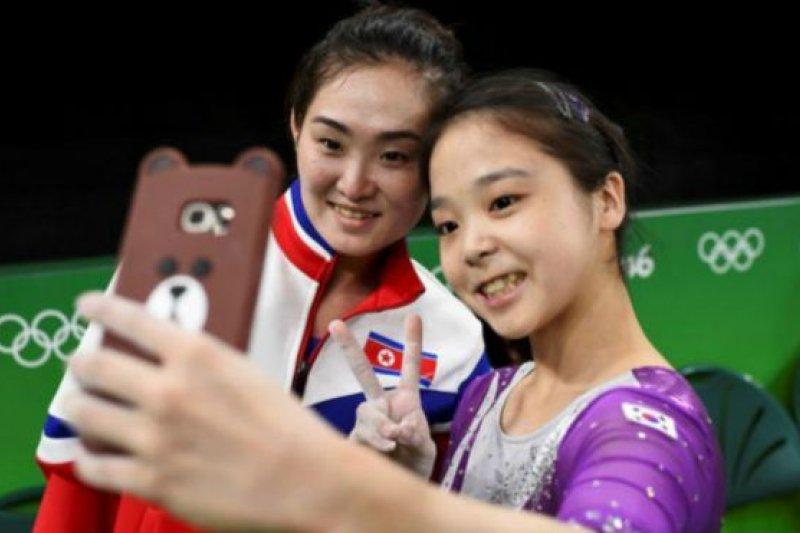 北韓女子體操選手洪恩貞 (左)和南韓對手李恩珠(右)自拍(BBC中文網)