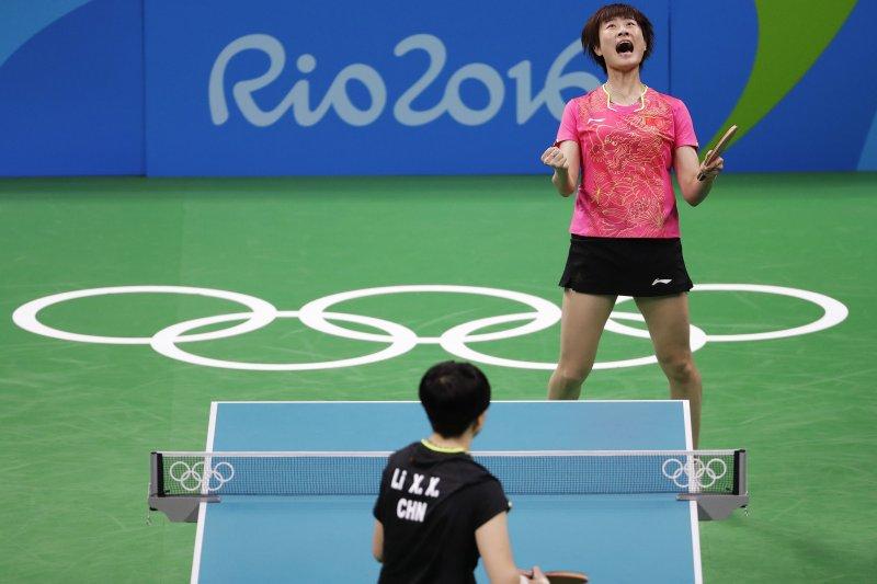中國桌球女將丁寧戰勝隊友李曉霞,奪金後激動吶喊。(美聯社)