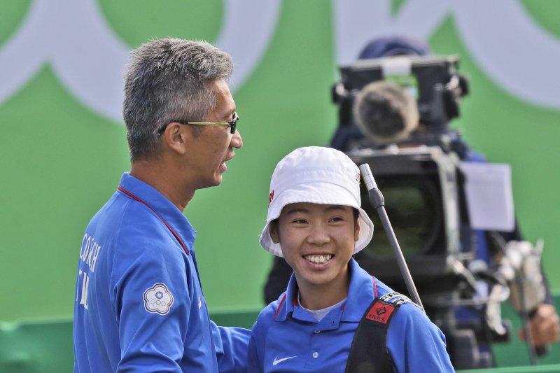 里約奧運女子射箭個人賽16強賽,台灣選手譚雅婷再過一關,殺進前8強,與教練倪大智慶祝(AP)