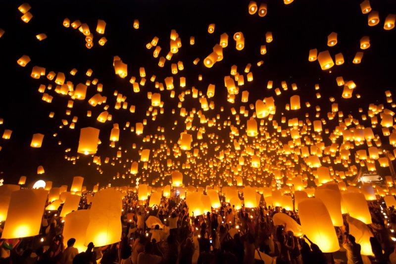 泰國水燈節除了放水燈外,也會放天燈!(圖/KLOOK)