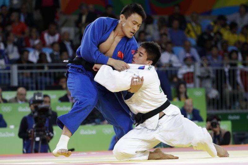 日本混血小將貝克茉秋(右)與喬治亞的瓦爾連・李帕鐵利亞尼(Varlam Liparteliani)在金牌戰搏鬥。(美聯社)