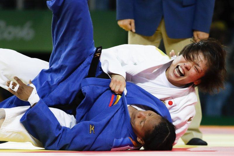 日本柔道選手田知本遙,在里約奧運女子70公斤級壓制對手尤麗・阿爾韋亞爾。(美聯社)