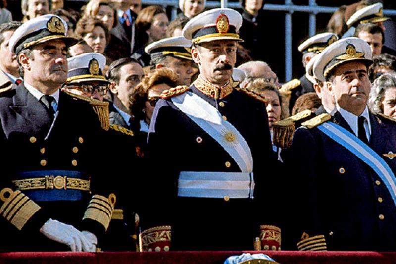 阿根廷白色恐怖時期滿手血腥的軍事執政團(Public Domain, Wikipedia)