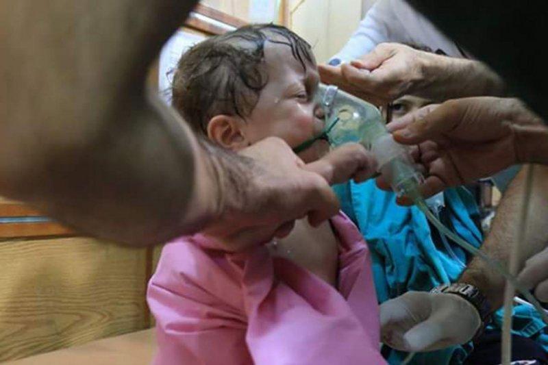 敘利亞內戰經年,大城阿勒坡(Aleppo)日前發生毒氣攻擊,許多兒童受害(Mahmoud Rashwani@Twitter)