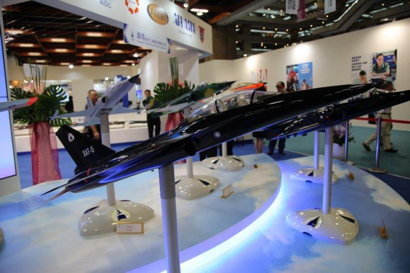 漢翔公司推出自行研發的XAT-5「藍鵲」高教機,與義大利的M346高教機競爭,李奧納多與漢翔公司已從過去的合作盟友,搖身一變成為競爭敵手。(取自微博)