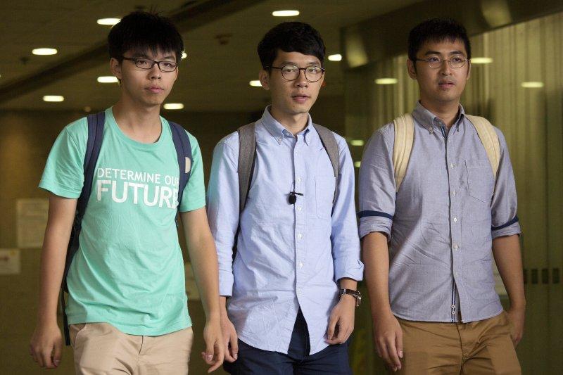 香港學運領袖黃之鋒、羅冠聰、周永康(由左至右)15日在香港法院聆判。(美聯社)