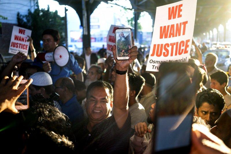 紐約清真寺教長遭人當街槍殺,上百名穆斯林14日聚集抗議。(美聯社)