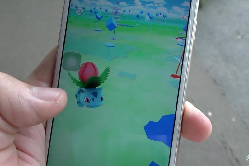 最近一夕爆紅的Pokemon GO(精靈寶可夢GO)手機遊戲目前雖然只在少數特定國家開放,但卻早已擄獲數百萬玩家。(圖/Ryuuu TV@youtube截圖)