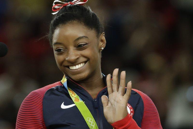 美國體操名將拜爾斯在里約奧運的女子跳馬項目摘金。(美聯社)