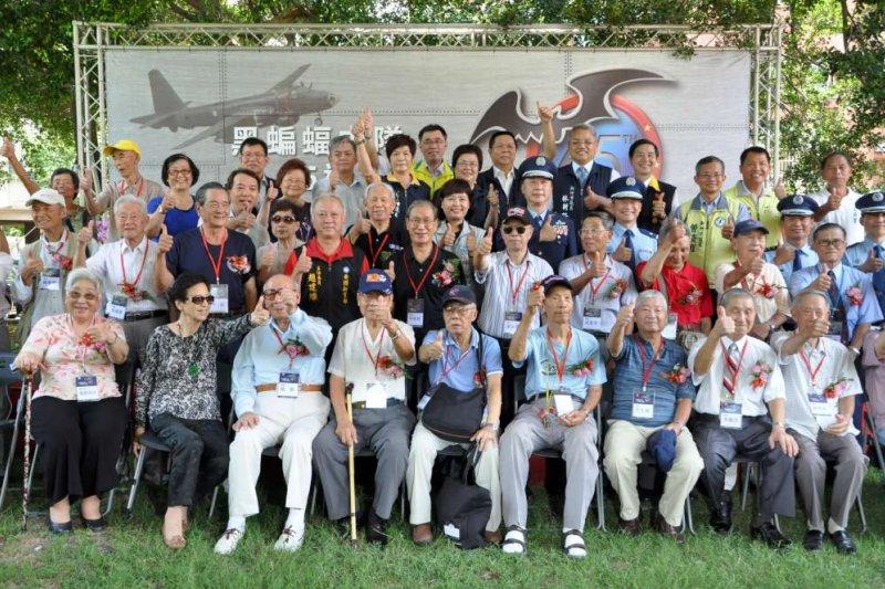 新竹市政府16日舉辦黑蝙蝠中隊65週年隊慶,上百名年紀近百歲隊員及眷屬齊聚,重新回憶當年歷史記憶及情感交流。(新竹市文化局提供)