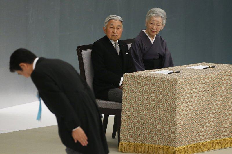 日本首相安倍晉三15日對全國戰歿者靈位鞠躬行禮。(美聯社)