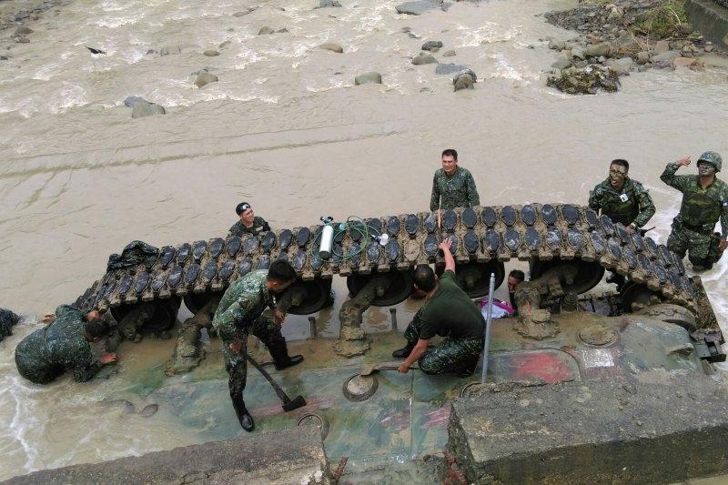 16日發生的陸軍CM11戰車翻覆失事意外,重傷昏迷的中尉排長吳得瑋18日夜間宣告不治。(陸軍提供)