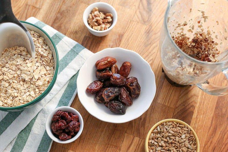 若要降低血脂肪,服藥才是直接有效的作法;因大量食用燕麥,反而可能有提高尿酸值的副作用!(圖/Personal Creations@flickr)